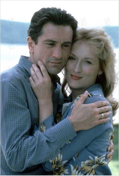 Geç Kalan Sevgi  Aileleri için Noel alışverişine giden mimar (DeNiro) ve grafik sanatçısı (Streep) aldıkları hediye paketlerinin kazara karışması sonucu tanışırlar. Ama bu tesadüfi tanışma orada kalmaz ve ikisini de karşı koyamadıkları romantik bir çekime sürükler. Fakat küçük bir ayrıntı vardır: Frank de Molly de başkalarıyla evlidir. Ve ne kadar saklamaya çalışsalar da, ilişkileri bir şekilde ortaya çıkar... Robert De Niro ve Meryl Streep'in başrolleri paylaştığı efsane romantik yapımlardan biri...