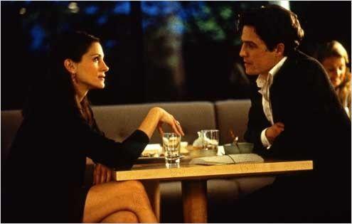 Aşk Engel Tanımaz  Anna Scott, dünyanın en tanınmış film yıldızıdır. Bütün magazin dergilerine kapak olmuş ve her adımı takip edilen, haber yapılan bir yıldız... William Thacker ise bir kitapevi sahibidir. Durgun bir işe sahip sıradan biri... Boşandığından beri, aşk hayatında bir şeyin eksik olmasıç İlk karşılaşmalarında ikisinin de aklından geçen son şey ise aşk... Julia Roberts ve Hugh Grant'ın başrollerini paylaştığı film, sakin ve yalın bir aşk hikayesi.