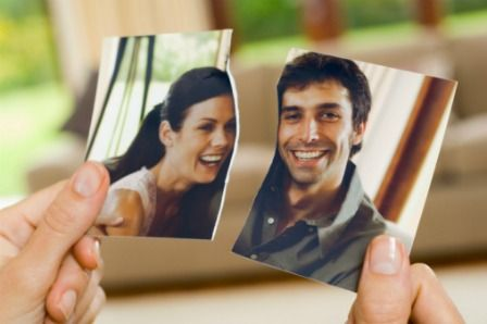 2-Eski fotoğraflarınızı ve ondan kalanları ortadan kaldırın  Eski sevgilinizi yüreğinizden atmak için, birlikte çekilmiş fotoğraflarınızı masanızdan, duvarlarınızdan kaldırın. İstediğiniz tabloyu ya da arkadaşlarınızla harika dakikaları ölümsüzleştirdiğiniz fotoğrafları yeni çerçevelerinize yerleştirip duvarınıza asabilirsiniz. Onunla çekilen fotoğraflarınızı yırtıp atabileceğiniz gibi, kutunun içine koyup ortadan kaldırabilirsiniz. Birlikte satın aldığınız objeleri ortalıkta tutmamanızda fayda var. Ama gerçekten kullandığınız ve işe yarayan eşyalarsa yerlerini değiştirin, boyayın veya yenisini satın alın. Ayrıca yatak odanızı boyayın, yeni nevresim takımları alın, başucunuza sevdiğiniz kitapları dizin, lambanızı kendinize göre ayarlayın.