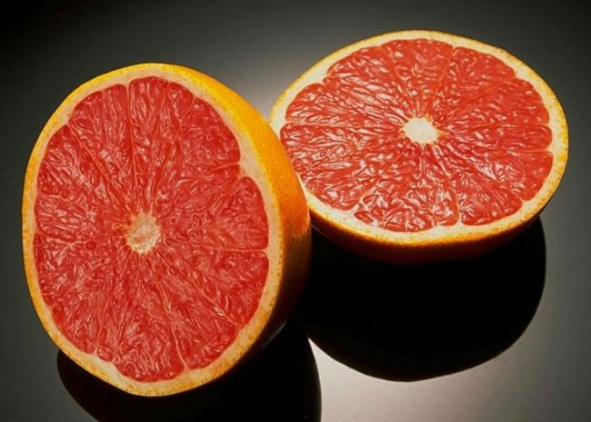 Greyfurt  C vitamini bakımından çok zengindir. Yarım greyfurt günlük C vitamini ihtiyacının yüzde altmışını sağlar. Kolesterol oranını düşüren pektin maddesi bulunur. Kansere karşı koruyucu özellik taşır. İştah açar.