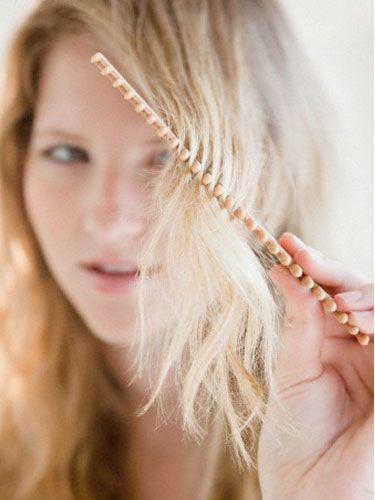 """1- Çok kuru saçlar  Şampuanı sadece ellerinizle, ıslak saçın diplerine dağıtın ve hafifçe yedirin. Durularken incelerek saçın içinden akacak olan şampuan, saçları temizlemek için yeterlidir. Böylece saçlarınızın biraz daha kurumasını önlemiş olursunuz.   2- Normal saçlar  Şampuanı dairesel hareketlerle saça yedirin, hemen ardından iyice durulayın. Eğer başınızda şampuan artığı kalırsa, saçlarınız matlaşır ve kurur. Kural şu: Şampuanlamak için harcadığınız sürenin üç misli süreyi durulamak için kullanın. Saçlarınızın durulandıktan sonra gıcırdar gibi olması gerekiyor.   <a href=  http://foto.mahmure.com/guzellik/saclari-hizli-uzatan-12-yontem_40148 style=""""color:red; font:bold 11pt arial; text-decoration:none;""""  target=""""_blank"""">Saçları Hızlı Uzatan 12 Yöntem"""