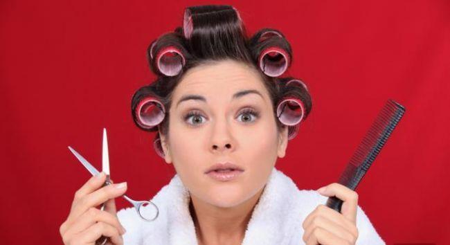 11- Tatilde bakım  Tatildeyken saçlarınız şekle girmiyorsa, bu durum bulunduğunuz yerdeki suyun içerdiği mineral oranından kaynaklanıyor olabilir. Çözüm için saçlarınızı yıkadıktan sonra içme suyu ile durulayın.   12- Koruma ve tamir  Omega-6 yap asitleri gibi lipit ve seramit içeren ürünler, saçların kırılmasını önler. Çünkü bu maddeler, saç lifleri içindeki çatlakları doldururlar ve fönden gelen sıcağa karşı korurlar.Saç kürleri yumuşacık yapar. Ama hangisini kullanmalı?