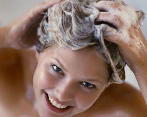 21- Saçınızı yıkamadan yattınız  Eğer sabah da saçınızı yıkayacak vaktiniz yoksa ve saçınızın yıkanması gerekiyorsa, saçlarınızın diplerine transparan pudra sürün ve iyice fırçalayın. Ayrıca buklelerinizi de nemlendirici sprey veya köpükle canlandırırsanız, saçlarınız tertemiz görünür.   22- Zamanlama sorununuz varsa Örneğin, sabah sabah 06:30'da uçağınız kalkacaksa, saçlarınıza akşamdan uygulayacağınız doğru bir şekillendirme ile zaman kazanabilirsiniz.saçlarınızı yıkayın ve yuvarlak fırçayla kabartarak fön çekin. Biraz saç spreyi sıkın. Yatmadan önce yarım saat bekleyin. Ertesi sabah hafifçe tarayın.