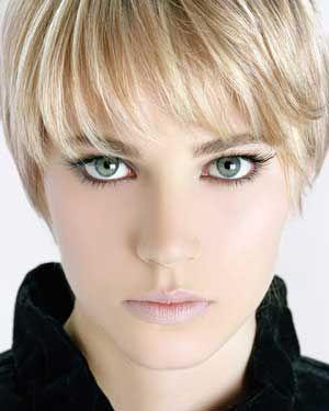 31- İnce hafif perçemler  Özellikle ince saçlarda çok idealdir. İnce perçemler en fazla çene hizasına kadar ve kakülle birlikte kullanılırsa. Daha hacimli durular. Becerikli kuaförler araya birkaç kısa bukle yerleştirerek, saçın alttan destek alıp kabarmasını sağlar.   32- Saç, boy ve ölçüler  Birbirleriyle orantılı olmalıdırlar. Örneğin boyu 1.60m'nin altındaki kadınlara uzun saç yakışmaz. Uzun boylu iri kadınlarda kısa saçlar başın küçük, bedenin iri görünmesine neden olur.