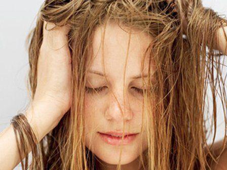 13- İnce telli saçlara kür uygulamak  Yoğun kür, ince telli saçları aşırı derecede yorabilir. Fakat yine de ara sıra böyle ekstra bir bakım uygulayabilirsiniz. Çözümü: Kürü saça, yıkamadan önce yedirin ve 10 dakika beklettikten sonra bildiğiniz şekilde saçlarınızı şampuanlayın.   14- Saç maskeleri  Maskeler, özellikle sıcak ortamlarda saça daha iyi nüfuz ederler. En ideali, kür maskesini, havluyla nemini aldığınız saçınıza, ince demetler halinde sürerek yedirin. Sonra saçınızı sıcak fönle ısıtın ve başınızı alüminyum bir folyoyla sarın, üstüne de ısıtılmış bir havlu dolayın. En az yarım saat etki etmesini bekleyin. Çok etkili bir başka yöntem de, buharlı ortamda saç maskesi uygulamaktır (yine aynı şekilde havlu altında)