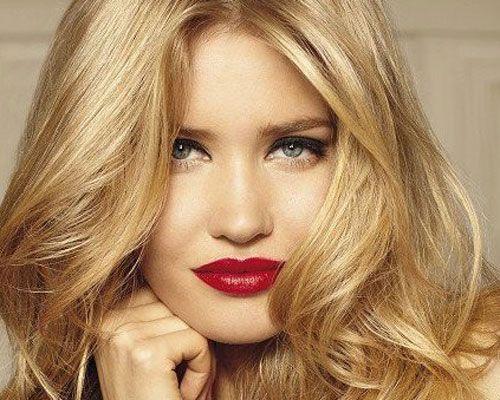 """43- Sarı saçlara parlaklık gerek Çünkü perma sarı saçı renksiz ve solgun yapabilir. Rengi tazelemek için soğuk küllü renk boyalar kullanmayın, kıvırcıklarınızı sağlıksız ve mat gösterirler. En ideali altın sarısı veya bakır gibi parlak sıcak renklerdir.   44- Saç kesimi her şeydir  Güçlü doğal dalgalarda çok kısa ve küt kesimler doğru olmaz. Üstelik saçlara belirgin olmayan katlar verilmelidir. Öyle ki, saç aşağıya incelerek dökülsün ama optik olarak eşit uzunlukta gibi görünsün.   <a href=  http://foto.mahmure.com/guzellik/saclari-hizli-uzatan-12-yontem_40148 style=""""color:red; font:bold 11pt arial; text-decoration:none;""""  target=""""_blank"""">Saçları Hızlı Uzatan 12 Yöntem"""
