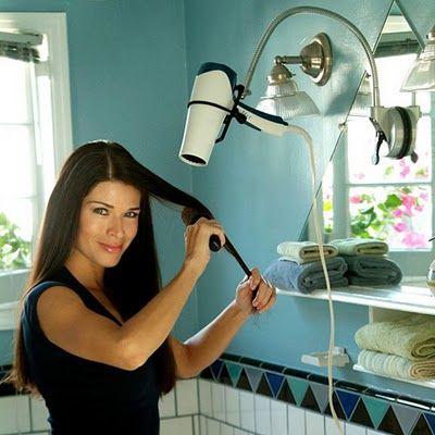 5- En iyi fön stratejisi  Saçları yıkadıktan sonra dikkatle ayırın. Isıtılmış bir havluyla önden kurutun. Fön makinesini en düşük ayara getirip, saçları çok fazla karıştırmadan tam kuruyana kadar fönleyin: sonra fönü daha yüksek ısıya getirip, yuvarlak bir fırçayla şekillendirme işine girişin. Fön makinesini saçınızdan en az 15 santim uzak tutun.   6- Nazik olun  Islak saçlar, hafifçe şişmişlerdir. Dolayısıyla çabuk kırılabilirler. Taramak için ayrık dişli, mümkünse kauçuk veya ahşaptan, el yapımı bir tarak kullanın (Cinsi üstünde yazar. ) Ucuz plastik tarakları tercih etmeyin.