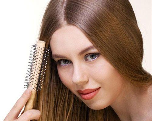 25- Uzun saçlara ellerinizle köpük sürmeyin Eğer saçlarınıza ellerinizle köpük sürerseniz, eşit dağılım olmayabilir. Bunu yerine bunu yerine geniş bir tarağa saç köpüğünü sıkın ve saçlarınızı diplerden ortaya kadar güzelce tarayın. Böylece köpüğü saçınıza eşit dağıtmış olursunuz.   26- Saç diplerinizin daha dik olmasını istiyorsanız Uzun saçlarınızı üst kısımlarda kısmet krapeyle kabartıp, sprey sıkabilirsiniz. Böylece saçlarınız kabarık durur. Kısa saçları, üstten birkaç bukle ile ayırıp yandan klips tokalarla tutturun, yumuşak bir şekillendirici sürün ve fönleyin. Son olarak saçlarınıza sprey sıkın ve parmaklarınızla şekil verin.