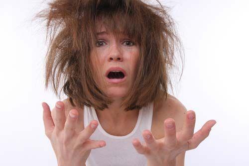 7- Çok mu streslisiniz?  Saçlarınızı yıkarken başınıza masaj yaparsanız, mutluluk hormonlarınızı aktive edersiniz. Parmak uçları ile daireler çizerek, şakaklardan saç diplerine doğru masaj yapın. Oradan tekrar kulaklara doğru inin. Sonra ensenize doğru devam edin. Bunları yaparken derin derin nefes alıp verin.   8- Ön yargıları unutun Yağlı saçların her gün yıkandıkları zaman daha çabuk yağlandıklarıyla ilgili masalları unutun. Eğer kendinizi daha bakımlı hissedecekseniz, her gün duş alabilirsiniz. Önemli olan, yumuşak bir şampuan kullanmanız. Şampuanı saçınızda bekletmeyin ve hemen yıkayın.