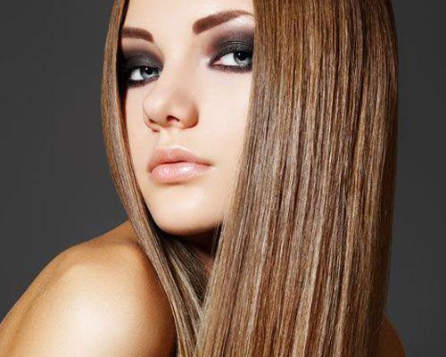 37- Düz saçlı kadınlar Düz saçlı kadınlar yalancı ya da gerçek perma yaptırmayı severler. Ama suni kıvırcıkların şekillendirmesinin daha uzun sürdüğünü de hesaba katmak gerek. Kıvırcıklarınızın mükemmel görünmesini istiyorsanız, açık havada kurumaya bırakmak pek çözüm olmaz. Bunun yerine, saçlarınıza uygun bir şekillendiriciyle, parmaklarınızı kullanarak saçınızı biçimlendirin.   38- Periyodik soruna özel çözüm Doğal kıvırcık saçlar, reglden birkaç gün önce düzleşir. Nedeni de büyük ihtimalle hormonlardır. Ama kıvırcık saçlar için özel spreyler sayesinde saçlarınıza eski havalarını geri kazandırabilirsiniz.