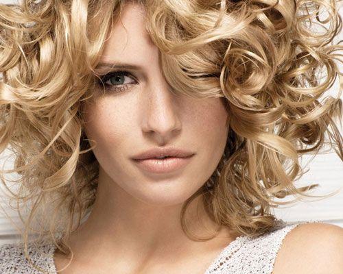 19- Çok fazla jöle kaçırdıysanız  Eğer saçlarınızı çok fazla jölelediyseniz ve taradıysanız, saçlarınız yağlı gözükebilir. Bunu önlemek için ürünü kabında (ya da tüpünde) önce fönle kısa bir süre ısıtın. Ürün daha iyi dağılacağından dolayı otomatik olarak dozu fazla kaçırmanızı da önlemiş olursunuz.   20-Saç spreyi ve parlatıcı  Havalandırıcı etki yaratmak için spreyi yukarıdan aşağıya doğru sıkmayın. Yoksa saçlarınızın üstünde ağırlık oluşur ve saçlarınız düzleşir. Onun yerine, saçları bukle bukle elinizle biraz yukarı kaldırın ve spreyi alttan yukarı olarak püskürtün. Uzun saçlarda: Başı geriye atın ve sprey bulutu aşağı doğru düşerken, saçlarınızı hafifçe silkeleyin.