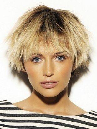 29- Yeni bir kısa model mi denemek istiyorsunuz?  Yeni bir kesimde,alıştığınız tarzdan farklı şekillendirmek durumundasınız. Eğer çok erkeksi görünmek istemiyor, seksi olmak istiyorsanız, göz ve dudaklarınızı daha çok çıkarın. Ayrıca dikkat çekici küpeler, her zaman kadınsı bir hava yaratır.  30- Sık ve güçlü saçlarınız varsa  Pek çok kesime cesaret edebilirsiniz. Saçınızın rengi ne olursa olsun, orta uzunluktaki köşeli küt modeller ile düz kısa saçlara çok yakışır. Ama keskin hatlı bu saçları sık sık kuaföre düzelttirmeniz ve parlaklıklarını korumak için her gün bakım yapmanız gerekir.