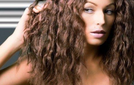 39- Dipleri düzleşmiş kıvırcık saçları canlandırmak için  İnce bukleler alın, bunları maşaya diplerden beş parmak uzak kalacak şekilde, içe doğru sarın (uçları dışarıda bırakın). Kısa süre böyle tutun, dikkatle maşayı ayırın ve soğumasını bekleyin. Son olarak da tarayın.   40- Daha hacimli saçlar mı istiyorsunuz?  O zaman saçlarınızı normal uzaman yönlerinin tersine doğru sarın. Daha sağlam kıvırcıklar elde edersiniz. Daha kabarık ve güzel dökülürler. Ayrıca o kadar da çabuk düzleşmezler.