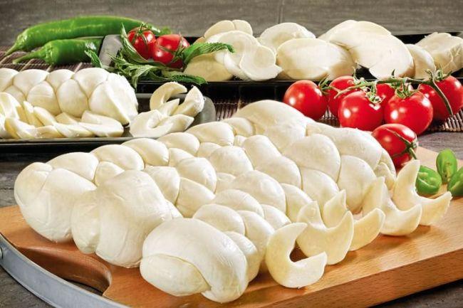 Beyaz peynir: 100 gr'da 260-290 kalori vardır.  Kaşar peyniri: 100 gr'da 400-425 kalori vardır.  Parmesan peyniri: 100 gr'da 420-460 kalori bulunur.   200 Kalori Nedir Sorusuna Cevap Olacak 29 Yiyecek