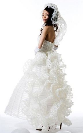 Sadece elbise değil gelinlik modelleride var. Balondan yapılmış bu gelinlikler farklı tasarım gelinlik arayan gelin adayları için biçilmiş kaftan.