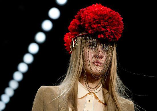 Kırmızı, zincir detaylı şapka