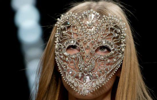 Taş ve incilerle süslenmiş maske