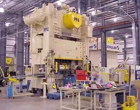 Bir işçinin 600 tonluk pres makinesinin arasında emeklemek suretiyle 2450 derecelik fırında sigarasını yakmaya çalısması. (Karabük Demir Çelik Fabrikaları)