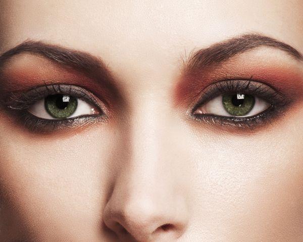 6- Eğer beyaz tenliyseniz, kahverengi göz kalemi çekerek yüz hatlarınızı yumuşatabilirsiniz.