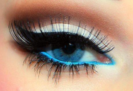 16- Renkli gözlüyseniz, renkli göz kalemleri kullanmayı denemelisiniz. Mavi, yeşil tonlarındaki kalemler bakışlarınızı yumuşatır.