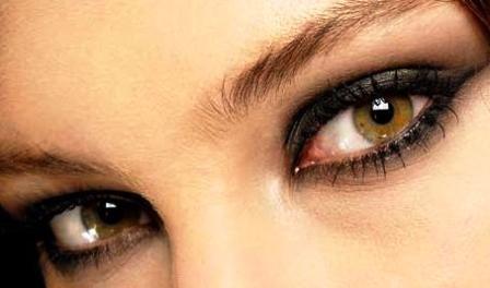 11- Göz kalemini çektikten sonra bir kulak çubuğu ile çizgiyi dağıtmayı deneyin. Böylece buğulu bakışlara sahip olabilirsiniz.