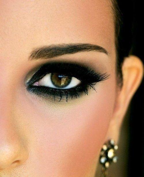 2- Koyu renk farınız bittiyse siyah, gri ve kahverengi kalemleriniz ile göz kapağını boya ve bir pamuk yardımıyla dağıtın.
