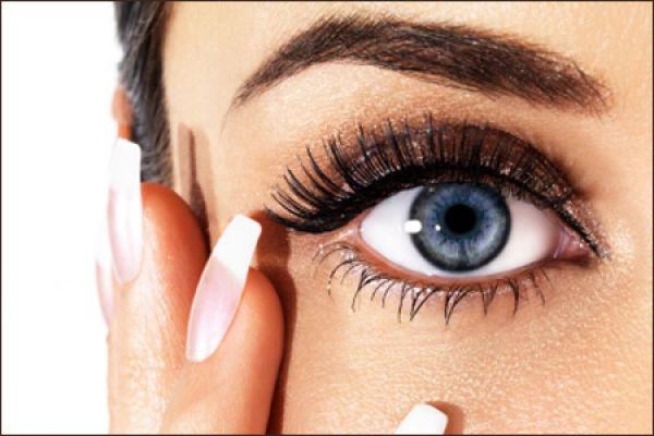 17- Sadece üst kirpik diplerine kalem sürmeniz, gözlerinizin daha kalkık görünmesini sağlar.