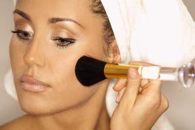12- Alt göz kapağına beyaz kalem çekerseniz, gözlerinizin daha parlak görünmesini sağlayabilirsiniz.