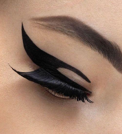 3- Geçici dövme yapmak için göz kalemini kullanabilirsiniz. Tek yapmanız gereken istediğiniz şekli çizmek.
