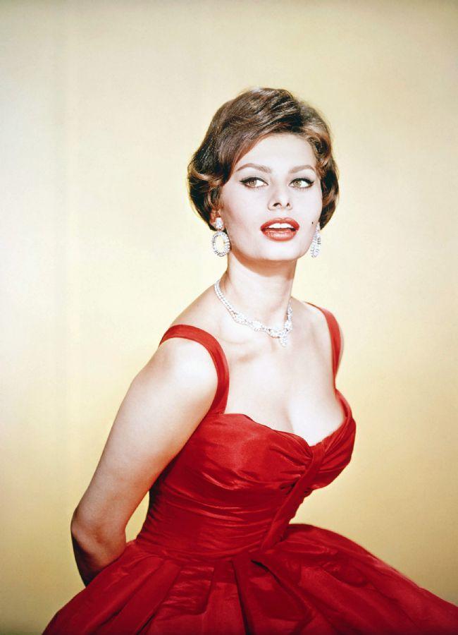Sophia Loren   Eylül ayında 79 yaşına girecek olan dünyaca ünlü İtalyan film yıldızı Sophia Loren'in güzelliğinin sırrı ise domateste gizli. Domatesleri soyup püre haline getirdikten sonra içine bir kaşık bal ve zeytinyağı katan Loren, bu karışımı yüzüne sürdükten sonra bir saat bekliyor. Botox'a karşı olduğunu söyleyen Loren, bu yöntemle cildinin kırışmaya karşı direnç ve ışıl ışıl bir görünüm kazandığını belirtiyor.