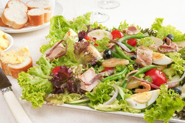 6. Kendinize yeşil salata, uskumru veya ton balığı, kivi ve portakaldan oluşan bir ziyafet hazırlayın. Balığın içeriğindeki İyot, tiroit bezinin İşlevlerini hızlandırdığından açlık hissi giderilir.