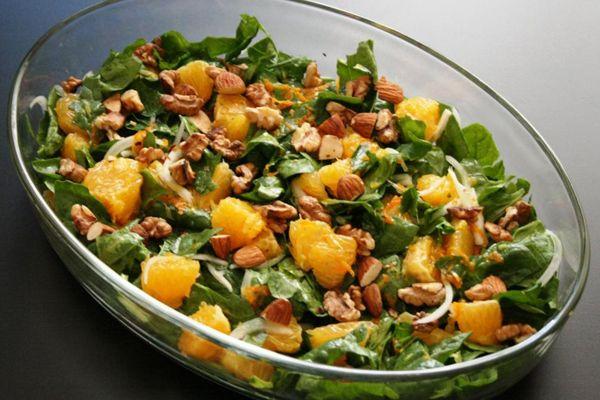 16. Kendinize portakal ve 50 gr. ıspanak yaprağından oluşan bir salata hazırlayın. Salatayı 50 gr. yağsız yoğurt, bir tutam tuz ve karabiberden oluşan bir sosla tatlandırın. Hem enfeksiyonlara karşı korunun hem de midenizi doyurun.