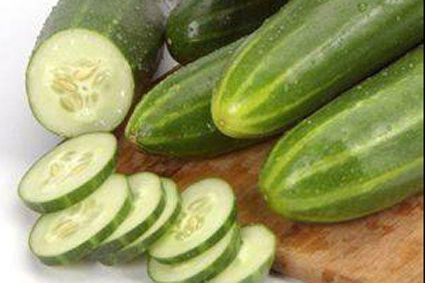 2. Salatalığı iyice yıkayın ve kabuklarıyla birlikte ince dilimler halinde kesip üzerine bol bol dereotu serpin. Bu sebzenin kalorisi yok denilecek kadar az ve oldukça tok tutucudur.