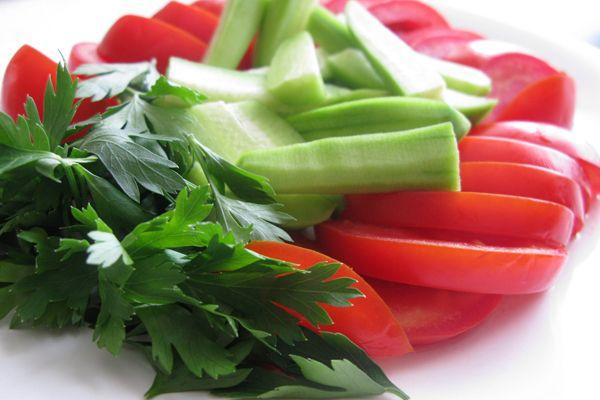 9. Enerjisiz kalmak için 1 demet maydanozu blenderden geçirip sebze suyla karıştırın. Bir-iki damla acı biber sosu ekleyin ve bunu bir güzel için. Bu içeceğin içindeki C vitamini ve bitkisel maddeler yağ yıkımını kolaylaştırır.