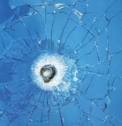 Kurşun geçirmez cam nasıl yapılır?  Cam katmanları arasına polykarbon plastik malzemesi konularak yapılır. Kurşuna dayanıklı cam denmesi daha mantıklı olur çünkü aynı noktaya ardarda yapılan atışlar sonucu cam kırılır.