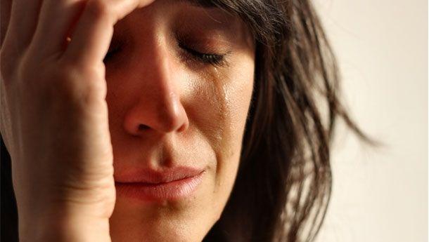 İnsanlar neden ağlıyor?  Göz, günde 300 ml göz yaşı üretiyor. Duygusal göz yaşları beyindeki bir sinir merkezi tarafından gönderilen sinyalle harakete geçiyor. Sinyal, yüzde kan basıncının yükselmesine ve yaşların gözden süzülmesine yol açıyor.