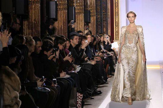 Pek çok ünlü marka altın rengini koleksiyonlarında kullanırken abiye elbise tasarımında kullanmayı tercih etmiştir.