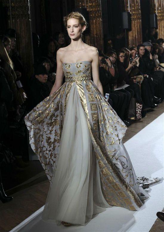 Tamamen altın rengi ya da bazı kısımlarında kullanılan altın detayları son derece modern altın rengi elbise modellerini bu sezon sıkça tercih edebilirsiniz.