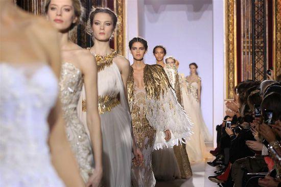 Altın rengi elbise modelleri bu sezon birçok markanın koleksiyonlarında var.