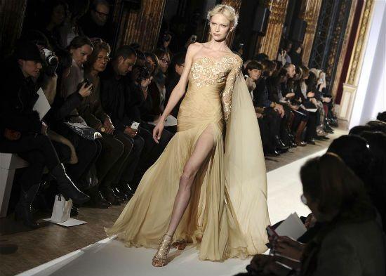 Altın rengi elbise ile özel gecelerin yıldızı siz olacaksınız.