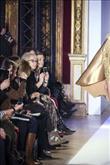 Sezonun trendi altın rengi elbiseler - 1