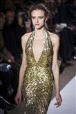 Sezonun trendi altın rengi elbiseler - 10