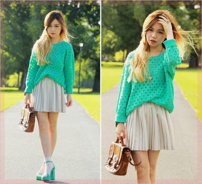 Mavi kazak ve mavi ayakkabı kombininize, krem rengi etek çok yakışacaktır.