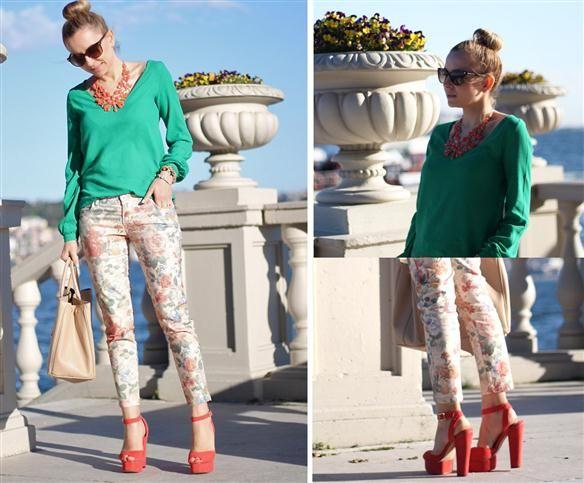 Çiçek desenli pantolonunuz, desenleri içinde bulundurduğu renkten bir ayakkabıyla harika bir görüntü oluşturacaktır.
