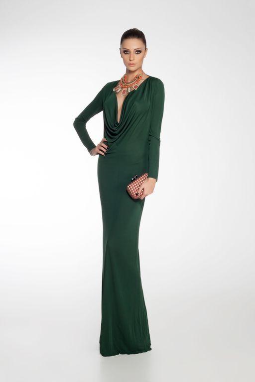 Göğüs dekolteli yeşil uzun elbisenizi şık bir aksesuar ve portföy çantayla tamamlayabilirsiniz