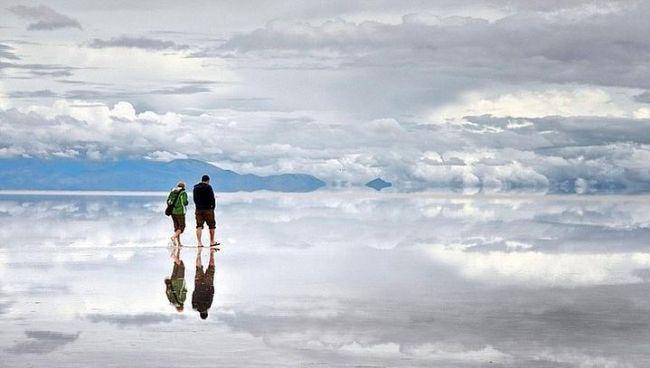 Bolivya'daki Uyuni Tuz Gölü, dünyanın en büyük tuz gölü olma özelliğini taşıyor. Bulutların arasında dolaşıyormuşçasına bir tecrübe için ziyaret edebilirsiniz.