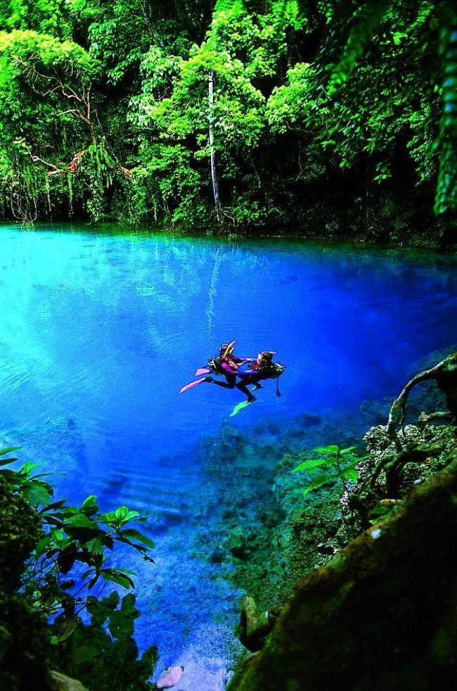 """Vanatu Santo Adalarındaki """"Mavi Delik""""ler görüp görebileceğiniz en berrak sulara sahip ve metrelerce derinlikte. Aynı ada onlarca beyaz kum plajı ve eşsiz doğal güzellikleri ile eşsiz bir tatil lokasyonu.  Yaşam Kanalları Editörü: Burcunur Yılmaz"""