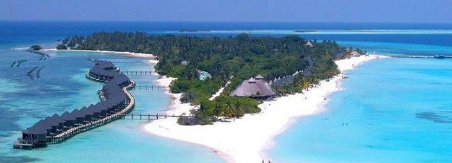 1-Kuredu Island Resort (Lhaviyani Atoll, Maldivler  Etrafını çevreleyen mercan kayalıkları, masmavi denizi ve bembeyaz kumları ile ziyaretçilerini ağırlayan otel size Maldivler'de unutmayacağınız bir balayı sunuyor. Bungalov ve villa tipi odalarda bulunan açık hava banyoları, tahta duvarları odaların içinde yer alan bambu mobilyalar tamamlıyor.  Balayına gelen tatilcilerin beyaz şampanya ile karşılandığı otelde akşam yemeği için lüks istakoz menüsü, çiftlerin yunuslarla yüzebileceği özel teknede deniz gezintisi ve sualtını keşfedebilirsiniz. Partnerinizle geçireceğiniz romantik bir günün ardından Maldivler'in muhteşem günbatımınınin tadını çıkartabilirsiniz.  Kadın Kanalları Editörü: Burcunur YILMAZ