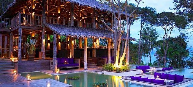 """2- Hotel Six Senses Yao Noi, Phuket, Tayland  Thai Phang Nga Körfezi'nde yer alan Six Senses Yao Noi Oteli'ne ziyaretçiler deniz yoluyla ulaşmaktadırlar. 56 villa tipi odanın bulunduğu 5 yıldızlı otel, tropic bir bahçenin ortasında yer almakta ve körfez manzaralıdır. """"Bütün duyularınız ile keyfini çıkartın"""" sloganı ile yola çıkan lüks otelde zamanınızı doğa ile büyük bir uyum içerisinde geçireceksiniz.  Klasik Tai mimarisi ile dekore edilmiş villalarda her villanın kendine ait bir yardımcısı vardır. Yeni evliler ,kumsalda dinlenerek geçirdikleri günün sonunda yıldızların altında masaj yaptırabilir, palmiye ağaçlarının arasında akşam yemeği yiyebilirsiniz."""