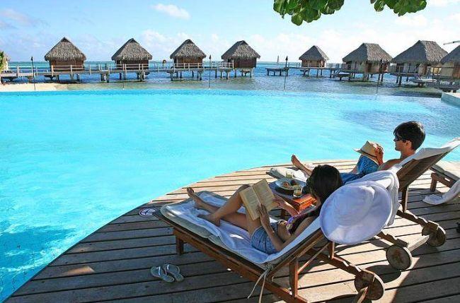 3-Moorea Pearl Resort & Spa, Moorea, Fransız Polinezyası  Moorea Pearl Ressort&Spa oteli, Tahiti'nin Moorea adasında yer almakta olup, palmiye ağaçlarının arasında 4 yıldızlı 92 odası ile hizmet vermektedir. Yeni evli çiftler için düzenlenen odalarda özel olarak düzenlenmiş çiçekler ve rahatlatıcı çift masajı uygulaması vardır.  Aktif yaşamayı seven çiftler için gün içerisinde jet ski, yunusbalıkları ile sualtı dalışı yaptıktan sonra akşam çiftler için özel olarak hazırlanan balayı yemeğini yiyebilirler. Çiftler için özel olarak hazırlanan geceye güzel bir şişe Fransız şarabı ile romantik bir şekilde devam edebilirler.